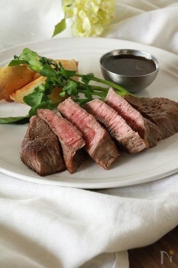 「なんだか顔色がわるいな〜」なんて時は、鉄不足の症状のひとつかもしれません。牛肉には体内への吸収率が高いヘム鉄が豊富に含まれてます。鉄の吸収をよくするためには、一緒にビタミンCをとると吸収率がアップします。ブロッコリーにはビタミンCが多く含まれているので、ステーキの付け合わせにブロッコリーを食べると、鉄の吸収率がよりよくなるのでおすすめです。ステーキは焼くだけで意外と簡単なので、ぜひ試してみてくださいね。