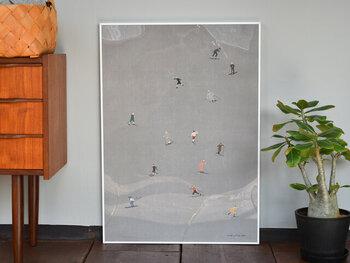 """こちらは""""SKIERS""""というタイトルで、その名の通りスキーをする人たちが描かれた北欧テイストのポスター。季節に合わせて交互に飾るという使い方もおすすめです。サイズは40×50cmと、50×70cmの2タイプから選べます。"""