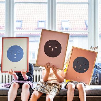 """顔のイラストをモチーフに描かれる、""""Feelings""""シリーズ。生意気、楽しそう、好奇心旺盛などなど、表情を通して様々な感情を伝えてくれるイラストが魅力的なポスターです。キュートな印象を与えるデザインなので、リビングや玄関だけでなく、子ども部屋にもぴったり。"""