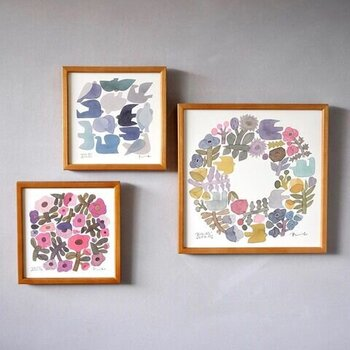 ディレクターの富岡正直さんと、陶芸家の伊藤利江さん夫婦の手によって、鳥や花などをモチーフにした陶磁器や紙製品を手掛けている「BIRDS' WORDS(バーズワーズ)」。その世界観をたっぷりと詰め込んだ、水彩画のポスターとフレームがセットになったアイテムです。30cm角と20cm角の2サイズから選べるので、置く場所に合わせて好みの大きさを選べるのも嬉しいポイント♪