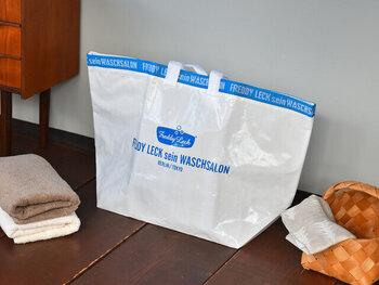 シンプルなのにスタイリッシュなおしゃれさを感じさせる、大きめサイズのランドリーバッグ。56LのMサイズでも、毛布が入るビッグサイズ。XLサイズは容量140Lの特大サイズです。洗濯物をドサッと入れて、物干し場まで運ぶ際に大活躍してくれます。