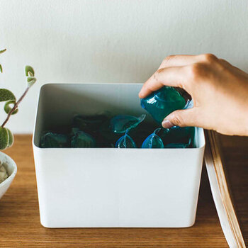 存在感が気になるジェルボール洗剤のパッケージは、詰替えですっきりおしゃれに解決。どんな空間にも馴染むので、出しっぱなしにできるのも嬉しいポイントですね♪
