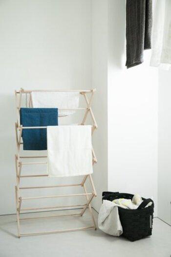 自宅に物干しスペースが少ないとお悩みなら、こんなおしゃれな物干しスタンドを活用してみましょう。木製の優しい風合いとナチュラルなデザインで、どんなインテリアにも馴染むシンプルさが魅力です。