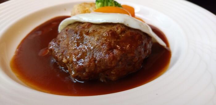 肉汁あふれるジューシーなハンバーグステーキには、1週間かけて作る自家製ドゥミグラスがたっぷり。バターを使わず、香味野菜や牛すじなどを煮込んだソースは、さらりとした後味と豊かなコクが評判です。