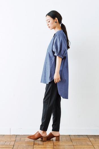 前後で丈感に差のあるゆったりシャツに、タイトシルエットのスウェットパンツを合わせたコーディネートです。ゆるい印象のスウェットパンツも、黒のタイトシルエットを選べばスッキリとした着こなしにぴったり。シャツとヒールの組み合わせで、ナチュラルな中にきちんと感のあるスタイルにまとめています。