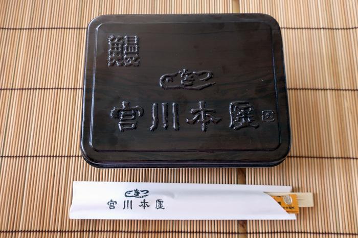 明治26年創業の老舗うなぎ店「宮川本廛」。三田店ではデリバリーが可能です。外出を控えてからうなぎを食べる機会がめっきり減ってしまったという方も、たまには奮発したいという方も、一流の味をおうちで楽しんでみませんか?