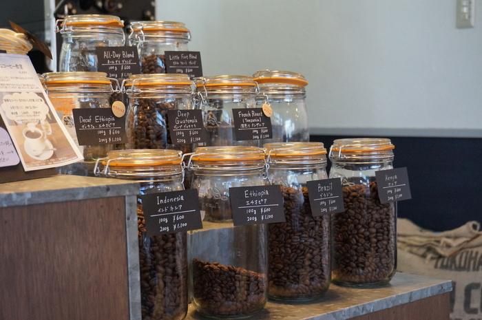 「毎日飲みたくなるコーヒーを」「値段で豆を選んでほしくない」という思いから、全ての豆を同じ価格で提供しています。種類の異なる豆が4種類ずつ毎月届く「おまかせ」もあるので、いろいろな味を試してみてくださいね。