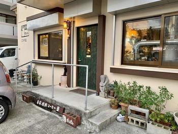 沖縄市・高原のお店はテイクアウトと豆の販売がメインのスタンド形式。同市内の中央には焙煎工場があり、不定期でワークショップも開催されます。これまで県内には少なかった「コーヒーとさらに向き合い、体験し学べる場所を提供したい」という思いから、家庭でコーヒーを楽しみたい方から開業を目指すプロ志望の方にまで開かれたスペースです。
