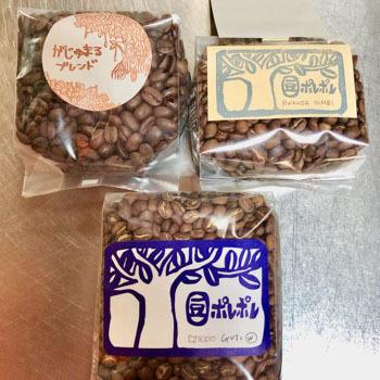 コーヒー豆には「がじゅまるブレンド」という、いかにも沖縄らしいネーミングのものも。そのほかシングルオリジンや、4種取り合わせの「おまかせセット」などもあります。