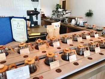 ブレンドコーヒーには「いつでも」「朝に」「気分転換に」…といったフレーズがついていて、手軽に手にとることができます。スペシャルティコーヒーだからといって難しく考えすぎずに日常に取り入れてほしい、という思いが感じられます。オンラインショップでは定期会・頒布会のご案内もあります。