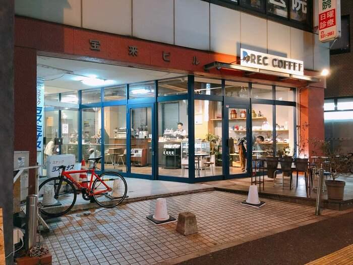 福岡市中央区の薬院駅前店は道路に面したガラス張りのお店。いつも通る道にこんなカフェがあったら、常連になることまちがいなしですね。こことあわせて福岡市内に5店、東京・水道橋に1店があります。