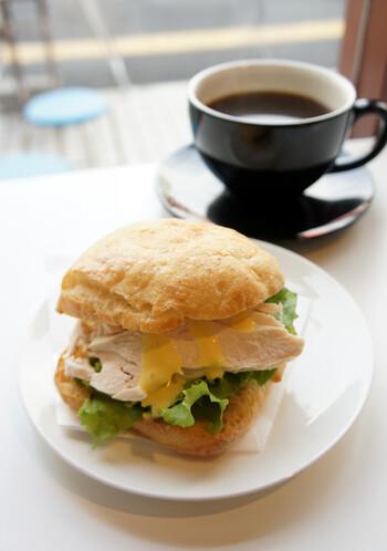 福岡市の「REC COFFEE」は、2008年に移動販売店鋪からはじまったという異色のお店。「REC」の名前には、「コーヒーの感動体験を記録する場として、レクリエーションの場として」といった思いが込められています。