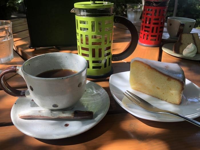 1991年創業の丸山珈琲は、スペシャルティコーヒーの先駆けとして、全国に名を知られる名店です。「スペシャルティコーヒー」「サードウェーブ」といった言葉が流行し始めるずっと前から、「最高のコーヒー」を追求し「産地からカップ一杯のコーヒーへ」情熱を注ぎ続けてきました。
