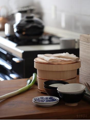 お米にも、高品質な炊飯器にもこだわり…それでは、炊きあがったごはんの保存はどうですか? ごはんをおいしく保つなら、昔ながらの木の「おひつ」がいちばんです。樹齢100年を超える木曽椹、しかもまっすぐな柾目を使ったおひつは見た目にも清らかで美しく、日本の食卓にふさわしい佇まい。吸水性がよく、お米の水分を適度に保ち、甘みやうまみを引き立てます。