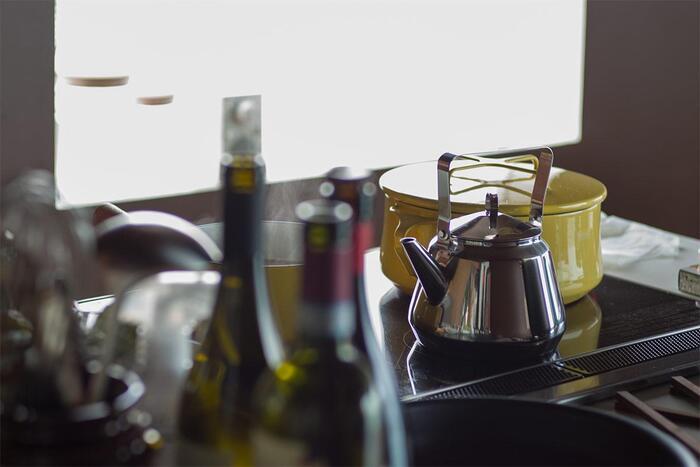 IHキッチンでは、たとえば上でご紹介したような銅製の鍋は残念ながら使えません。ケトルや鍋も、性能やデザイン重視で選ぼうとすると「IH不可」の壁に阻まれることも。こちらの「OPA」ケトルは、古くからIHが浸透しているフィンランドの製品。さりげなく上質なデザインと、熱源を選ばず使える便利さが融合しています。