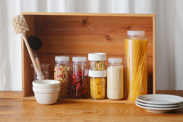 食材や調味料などをバラけさせずに持ち運べる、ナルゲンのフードボトル&ジャーシリーズ。シンプルで昨日的なデザインは、家のキッチンカウンターに置くだけで、室内にいながらキャンプ気分に。木のボックスに収めれば、必要なときはそのまま持ち出すのもラクラクです。