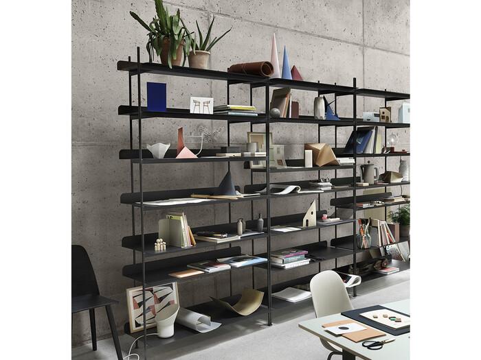 シンプルかつスタイリッシュなデザインで、リビングから書斎までどんなシーンでも使えるムート(MUUTO)の本棚。たくさんの本を並べるとそれだけで圧迫感が出る場合もあるけれど、ムートの本棚でスマートなお部屋デザインが叶いますよ。