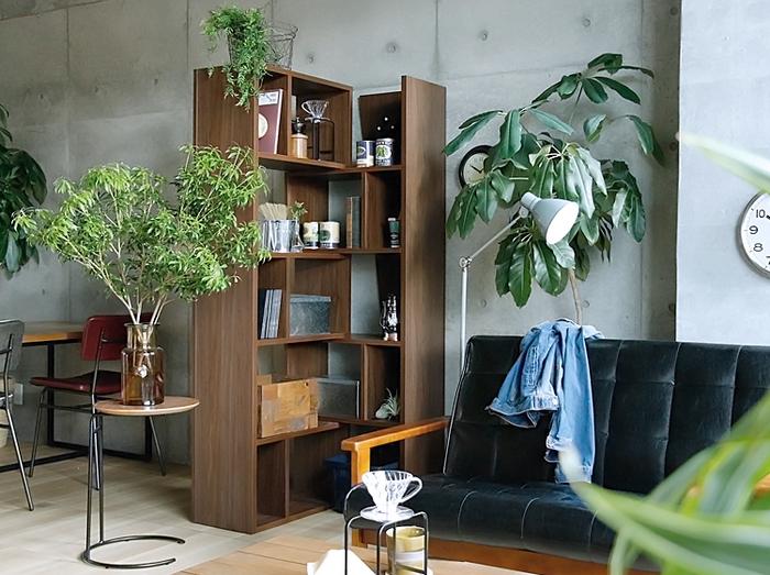 大型の本棚は存在感抜群。お部屋のどこに置くかが限定される場合もありますよね。こちらの本棚は2つのシェルフを組み合わせる構造で、幅を伸縮させたり、縦置きと横置きとで組み合わせて部屋の角にフィットしたりと、設置箇所の自由度がアップ。あえて不揃いの棚板がおしゃれです。