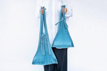 レジ袋が有料になり、買い物にはエコバッグが必需品になりました。使わない時は結んで小さくなり、広げれば容量たっぷりなエコバッグはいくつあっても重宝します。土中で自然に分解する地球にやさしい素材からできてる、本当にエコなバッグです。
