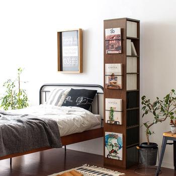 コンパクトなお部屋でも、回転式の本棚なら場所を取らずにばっちり収納できます。こちらの本棚は、1cm間隔で棚の高さを変えられて、どんなサイズの本にも対応。側面のマガジンラックがとてもおしゃれですよね。
