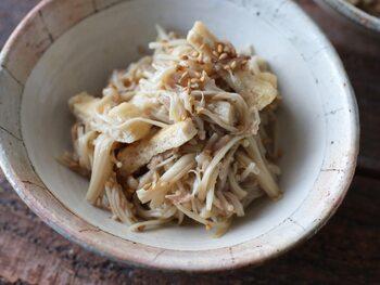 エノキとツナ、油揚げをレンジ加熱して作るスピードレシピ。鶏ガラスープとごま油というシンプルな調味料が、素材本来の持ち味を引き出します。白ごまの代わりにグリーンの小葱などをアレンジしてもおしゃれです。
