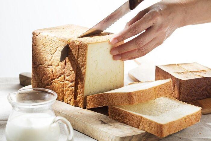 看板商品の食パン「ふじ森」。水分量が多いのでとっても柔らかく、きめ細やかです。そのままで食べるとしっとり感と甘みを感じます。トーストすると、エシレバターの香りがより引き立って贅沢な味わいに。