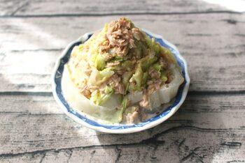 コクのあるツナマヨがジューシーな白菜とよく合い、無限の美味しさを生み出しています。ひと玉で買った白菜を大量に消費したいときにもおすすめのレシピです。中華スープの素はツナには混ぜ込まず、白菜の方に和えるようにして、下味感覚で使っています。