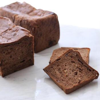 こちらは「プレミアムショコラ」。発酵バター×チョコレートは間違いない美味しさです。オレンジやレーズン、チョコチップが入っていて、味わい深い食パン。ちょっとリッチなおやつにぜひ!