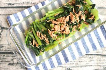ちょっぴりクセのある小松菜もごま油とマヨネーズの味わいで食べやすくなります。レンジ加熱した小松菜を水につけてあく抜きしているので、キシキシすることもなく、美味しく食べられます。小松菜は加熱してからカットした方が、栄養分が逃げません。