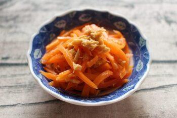 レンジ加熱したツナマヨは旨みが増して、子供も大好きなお味に。ごま油とめんつゆが入ってほんのり和風な風味に感じます。にんじん特有の青臭さがなくなるので、お弁当にもおすすめのおかずです。