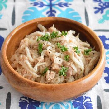 旨みが凝縮した切干大根を使って作る無限レシピは、鶏ガラスープとみりんの味わいで和風にも洋風にも合うおかずに仕上がっています。さらにマヨネーズをくわえて、パンにはさんで食べるのもおすすめ。切干大根とツナ缶は買い置きしておける食材なので、覚えておくと重宝します。
