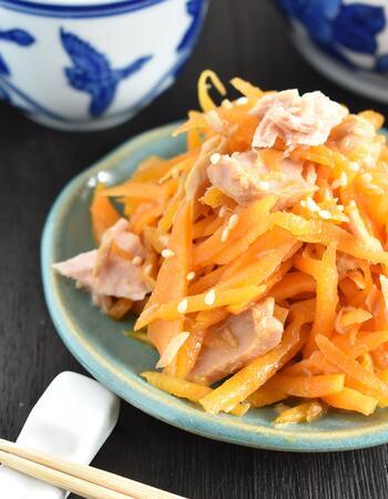 ツナとごま油は定番の無限レシピですが、ここににんにくと中華だしをプラスすることで奥行のある味わいが生まれます。ツナは軽く和えるくらいにすると食感よく仕上がります。