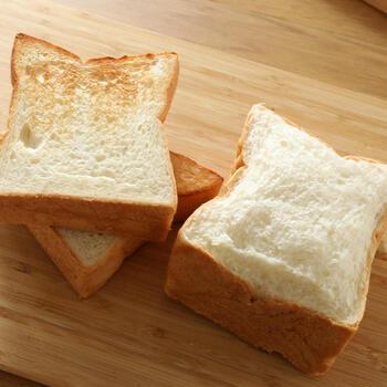大人気の「もっちもち食パン」。名前の通り、もちっとした食感が後を引く美味しさです。生クリームとバター、小麦の甘みが広がります。トーストすると、サクもちに!