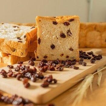 大粒のラムレーズンがぎっしり入った、レーズン好きにはたまらない食パン。甘酸っぱさとラム酒の香りが大人な味わいです。バターをのせてもgood!