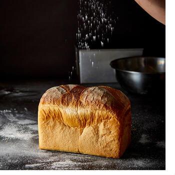 トースト専用の「神戸ハード食パン」。選び抜いた粉とこだわりの配合で、噛めば噛むほど旨みが感じられます。トーストして肉料理やチーズ、ワインなどと一緒にじっくり味わってください♪