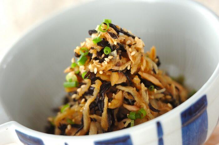 カルシウムや食物繊維が豊富で保存も効く、ダイエットの味方食材「切り干し大根」。その切り干し大根と乾物でミネラル豊富なヒジキを合わせた簡単サラダです。  ツナ缶を汁ごと入れるので後はお酢とお醤油のみの味付けで失敗知らずのレシピ。切り干し大根を戻す必要なく作ることができ、常備菜にもなるありがたい副菜レシピです。