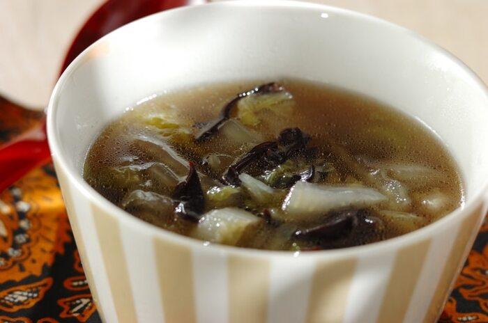 利尿作用を促し、デトックス効果が期待できる、カリウムが豊富な「白菜」、「キクラゲ」を中華風のスープ仕立てにしたレシピ。  豚肉のしゃぶしゃぶなどでの茹で汁を使って作ると、旨味も出て美味しく作れます!豚肉といえばダイエット中のメインおかずとして出番が多い、ヘルシー食材。豚肉メインの日のスープに、いかがでしょう。