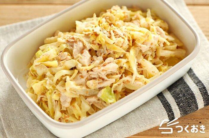 カリウムやビタミンCが豊富なキャベツは栄養価も高く、歯応えもあるので、ダイエット中かなり頼りになってくれる食材です。  こちらの「キャベツとささみのごまサラダ」は、そのキャベツを高タンパク低カロリーの鶏肉のささみと和えたもの。冷蔵庫で約4日、作り置きも可能です。  煮物などの和食のおかずや、下で紹介しているメインおかずの「切干大根のアラビアータ風」などの洋風レシピとの相性も良いですよ。