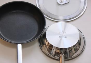 「OUMBÄRLIG」は、スタイリッシュなステンレススチールのフライパン。熱が均一に伝わる厚手の3層構造で、IHにも対応しています。