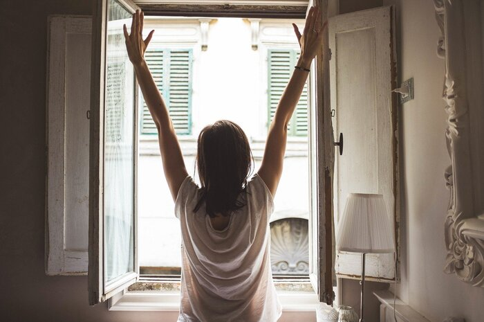 朝日を浴びると体内時計がリセットされ、自律神経も整うと言われています。朝起きたらカーテンを開けて太陽の光を浴びる習慣を。また平日だけでなく、休日も同じ時間に起きることを心がけましょう。