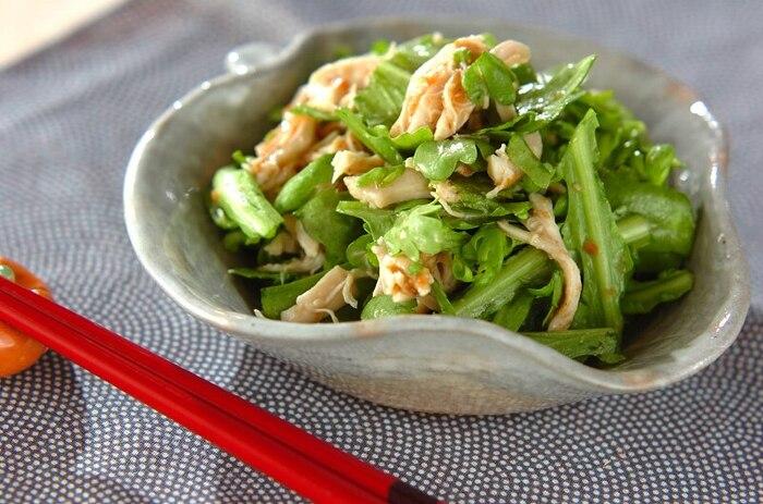 カロテンが高く風邪予防の効果も期待できる栄養価の高い「春菊」と、高タンパク低カロリーの「ささみ」と合わせて、梅和えとしていただくレシピ。梅に含まれるクエン酸は疲労回復効果も期待できますよ。  味付けも、梅とごま油、お砂糖、お醤油と、家にあるもので気軽に作れます。キノコや豆腐の炒め物、具沢山のお味噌汁と一緒にいただいても合います。よかったら献立づくりに取り入れてくださいね。