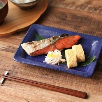 """寺村光輔の「長角皿」は、手作りのうつわらしい丸みとリムが特徴。定番の鮭の切り身も、笹の葉や大葉など""""かいしき""""を添えることでより和食屋さんの雰囲気に近づきます。"""