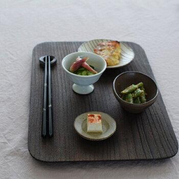 金沢桐工芸 岩本清商店の焼桐トレーは、ランチョンマット感覚で使えるアイテム。趣のある渋さの中に丸角が優しい雰囲気を与えます。麺類や軽食、晩酌にちょうどいいサイズ感です。