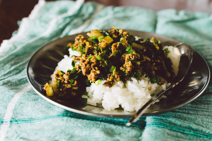 写真家のきくちよしみさんの運営する「菊地食堂」。日々の生活や人間関係などのエピソードがエッセイ風に綴られ、きくちさんの撮る鮮やかで美しい写真と共に、料理のことやすてきなレシピが紹介されているページです。
