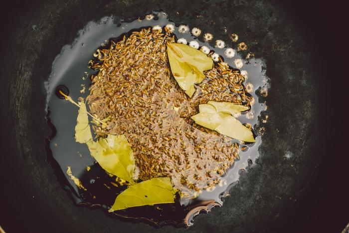 オリーブオイル→スパイスなど1(クミンシード・ローリエ)の順にフライパンに入れ、オリーブオイルに香りがうつるまで、焦がさないようにじっくり火にかけます。