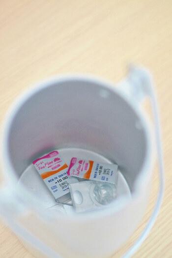 残量が少なくなってケースを傾けるとき、開口が広いと手を入れて取り出しやすいので便利ですよ。