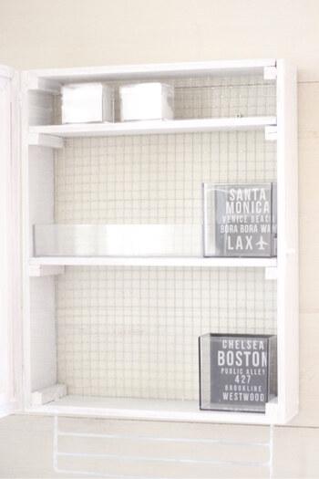 洗面台にコンタクトレンズケースの置き場所がないときは、壁掛けの収納棚をDIYしてみてはいかがでしょうか。  コンタクトレンズケースを置くだけなら、本格的な棚でなくても大丈夫。100円均一の木枠を使って組み合わせるだけで立派なシェルフが作れます。ホワイトにペイントされていて清潔感がありますね。