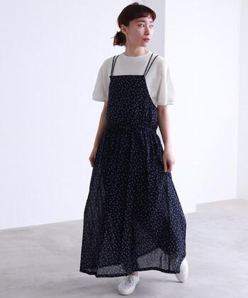 小さめドットのキャミソールワンピースなら、シンプルにTシャツと合わせるだけで大人ナチュラルな着こなしに。ワンピースに合わせて、ゆったりフォルムのインナーを選ぶのがナチュラルさの秘訣です。