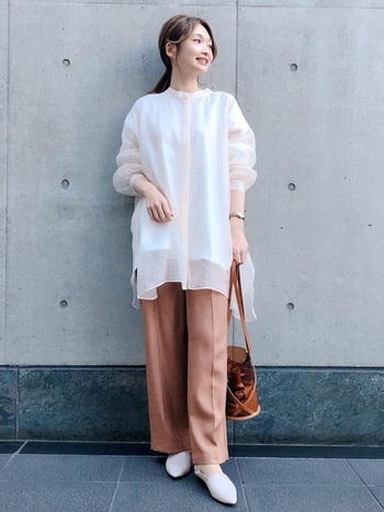 透け感を楽しむならトレンドでもある、シアーブラウス&シャツがおすすめ。オーバーサイズのシャツに同系色のインナーを合わせれば、健康的でナチュラルな着こなしに。パンツともスカートとも相性がいいのもうれしいポイントですね。