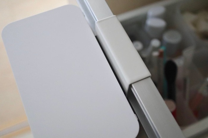 このように洗面台の扉・引き出しに引っかけて使います。本体にマグネットが付いているので、フックを外してくっつけることができます。  洗面台だけでなく、洗濯機の横のスペースにも◎